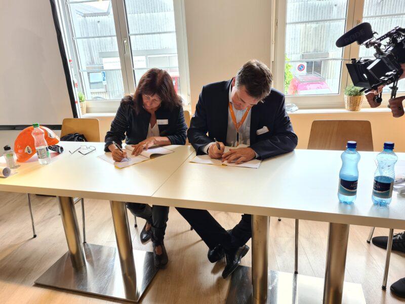 Verwaltungsrätin der Raurica Wald AG Stephanie Oetterli und EBL CEO Tobias Andrist bei der Vertragsunterzeichnung.